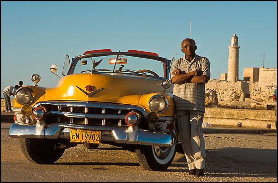 En godt vedlikeholdt amerikaner med sin stolte eier foran fortet El Morro