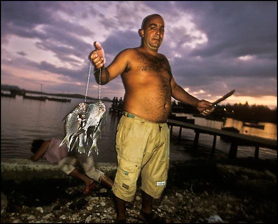 En fisker med dagens fangst