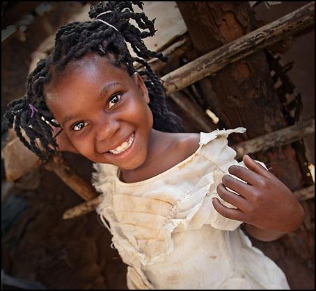 En smilende jente på markedet i District 23