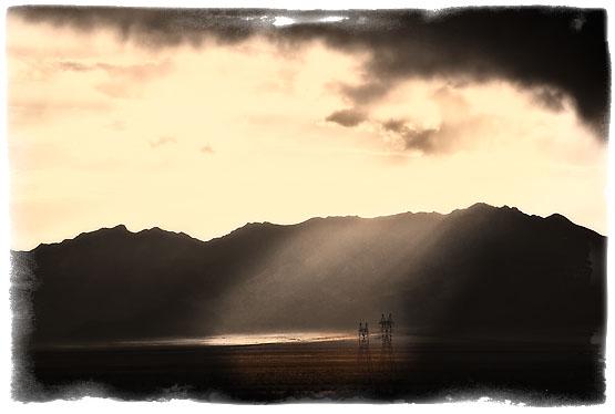 Solen er på vei ned over Mohave-ørkenen