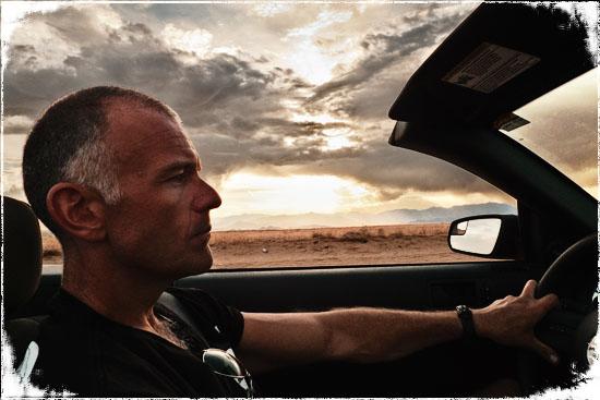 Øystein kjører Mustang cabriolet i ørkenen