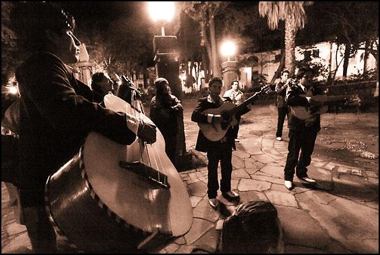 Et gateband spiller tradisjonelle sanger midt på natten på torget