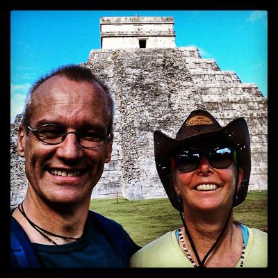 Pat og Otto foran den slående vakre pyramiden El Castillo