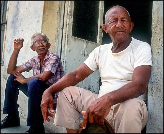 To eldre herrer slapper av på gatene i gamlebyen