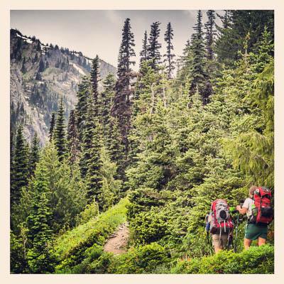 Pat og Jenny på vei opp langs Big Quilcene River til Marmot Pass