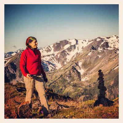 Jenny på toppen av ryggen som løper fra  Marmot Pass til Mount Constance