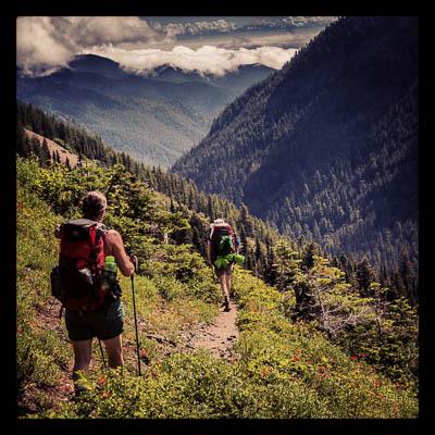 Pat og Jenny på vei ned langs Big Quilcene River fra Marmot Pass