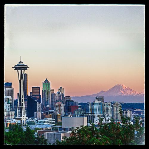 Seattle skyline sett fra Queen Anne-området. Mount Rainier i bakgrunnen