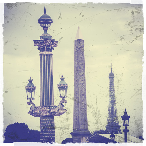 Obelisken på Place de la Concorde med Eiffeltårnety i bakgrunnen