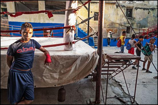 Ungdommer trener i Rafael Trejos boksegym i gamlebyen