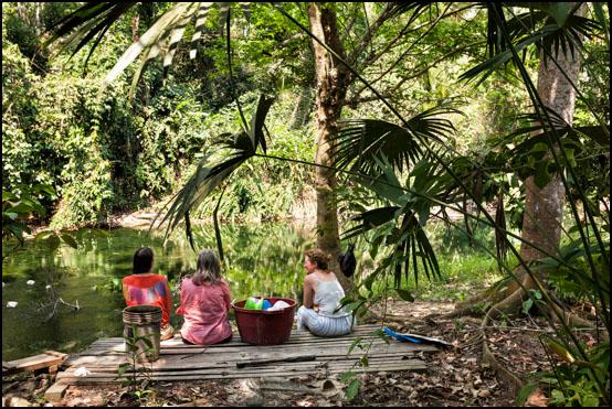 Tre venninner nyter freden ved Sanctuary Huishtin