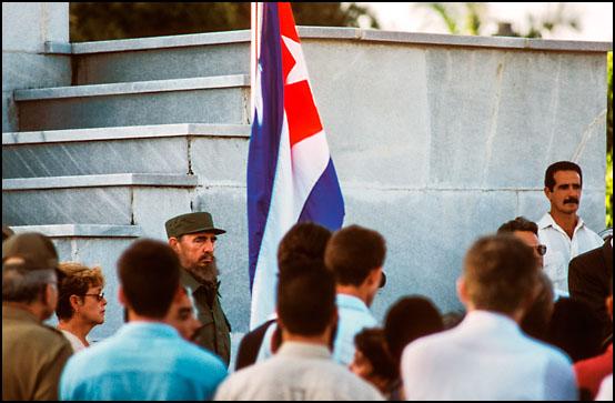 Fidel Castro under en begravelse av en av revolusjonens helter